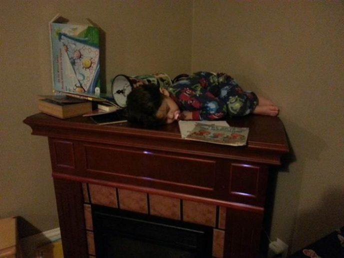 15 очень смешных, но не совсем удобных поз, в которых могли уснуть только дети