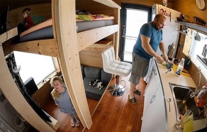 Чтобы сэкономить, семья перебралась в сарайчик. Увидев, что там внутри, Вы очень удивитесь!