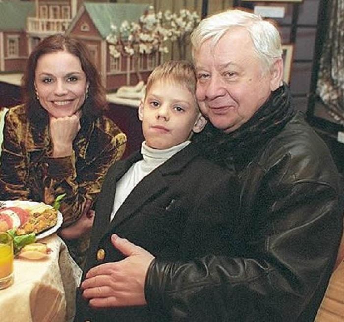 16-летняя девушка потеряла голову от Олега Табакова, которому было уже 46 лет! Посмотрите на них теперь…
