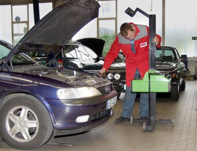 Как экономно сделать техосмотр автомобиля? Можно ли пройти ТО не у официального дилера?