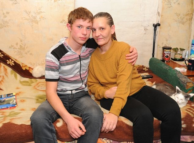 Этот мальчик с 8 лет сам ухаживал за парализованной мамой. Теперь о нем знают все!