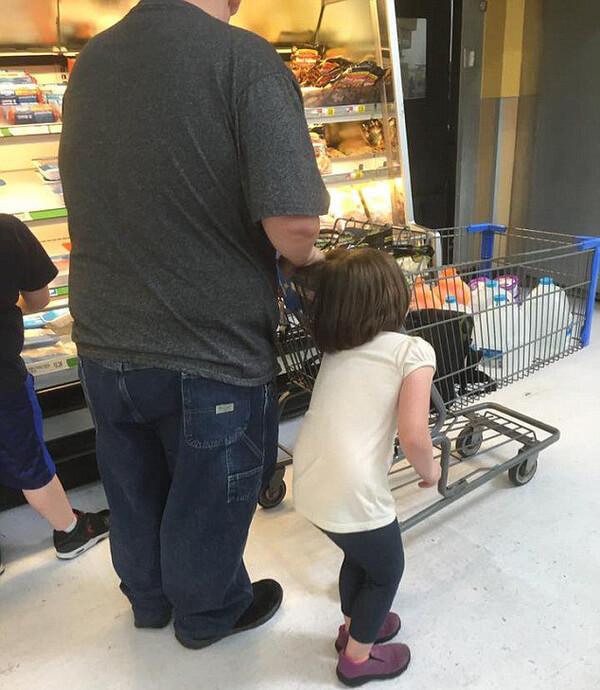 Она достала телефон и сфотографировала мужчину, когда поняла, что он делал с маленькой девочкой