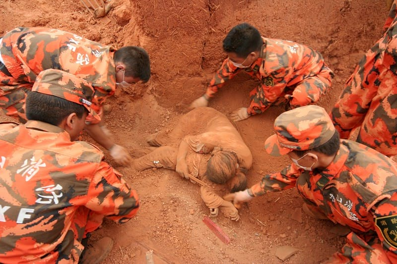 Спасатели много часов разгребали завал, внезапно они обнаружили тело погибшей женщины, а под ним…