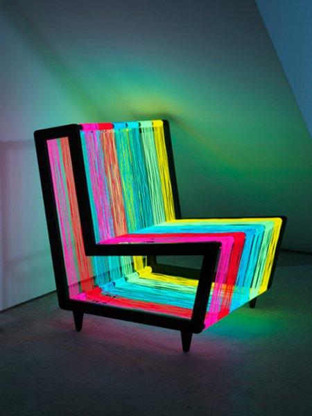 стул из электролюминесцентного провода