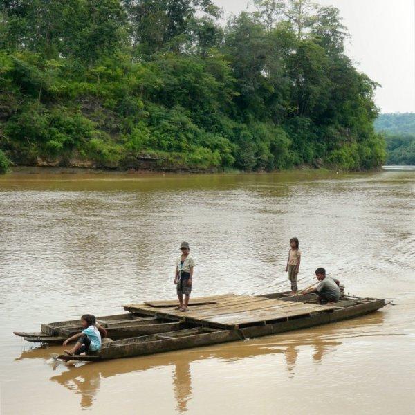 дети на плоту
