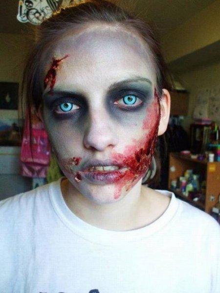 голубоглазая молодая девушка зомби