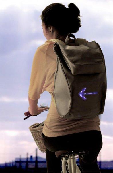 рюкзак указывающий направление
