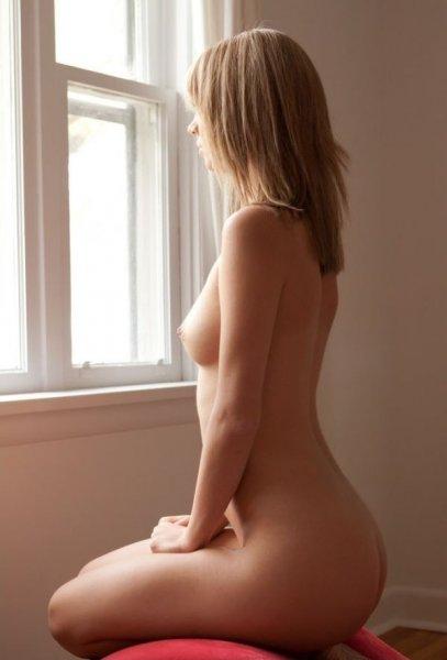 Фото голая дувушка у окна фото 417-973