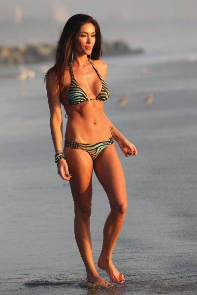 очаровательная актриса жасмин вальц на пляже