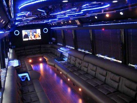 Автобус в стеле ночного клуба (12 фото)