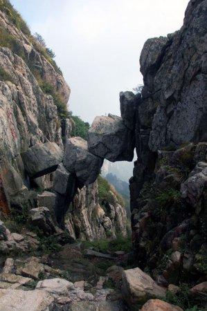 Каменный мост в горах Таи (4 фото)