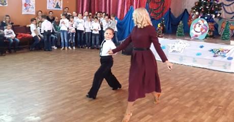 Сын вместе с мамой танцуют вальс! Нет слов, чтобы описать эмоции! Очень красиво!
