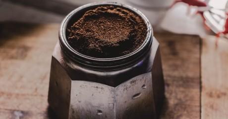 Как правильно использовать спитую гущу кофе для удобрения растений?