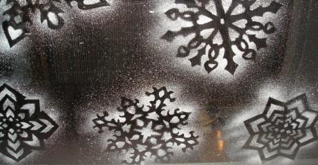 Делаем снежинки на окнах при помощи зубной пасты