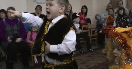 Мальчишка на утреннике узнал Деда Мороза. Самое смешное разоблачение года!