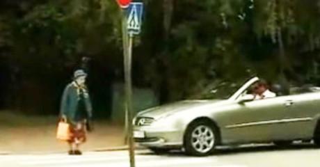 Водитель решил, что эта бабуля переходит дорогу слишком медленно. Реакция старушки — просто супер!
