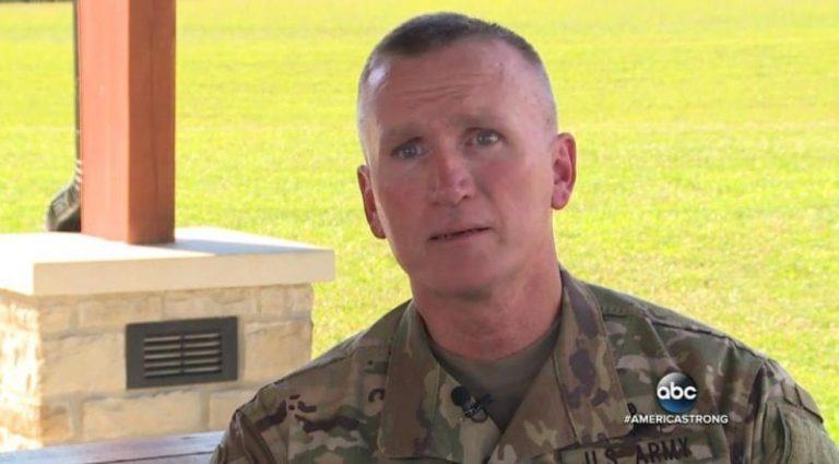 Фотография этого солдата мигом разлетелась по Сети. Почему он стоит там под дождем?