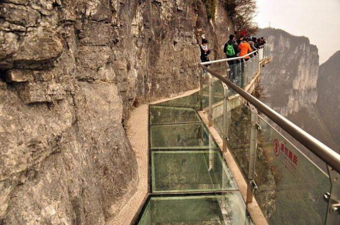 В Китае начал трескаться стеклянный мост прямо под ногами туристов