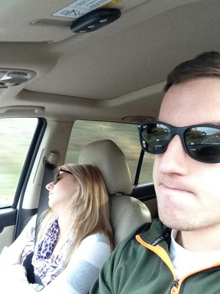 Муж показал, как проходят его «веселые» поездки с женой, и их фотографии рассмешили весь интернет
