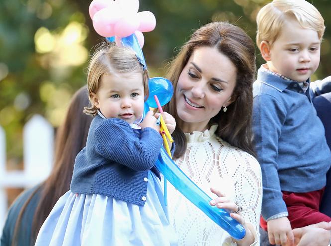 Маленькая принцесса Шарлотта в первый раз пошла в школу. Только взгляните какая элегантная юная леди!