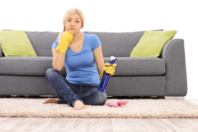 Чистим обшивку дивана народными методами