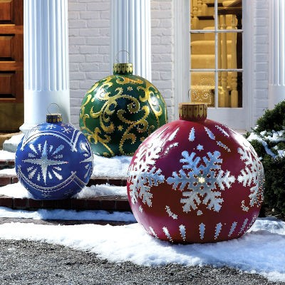 Как украсить двор частного дома к празднику?