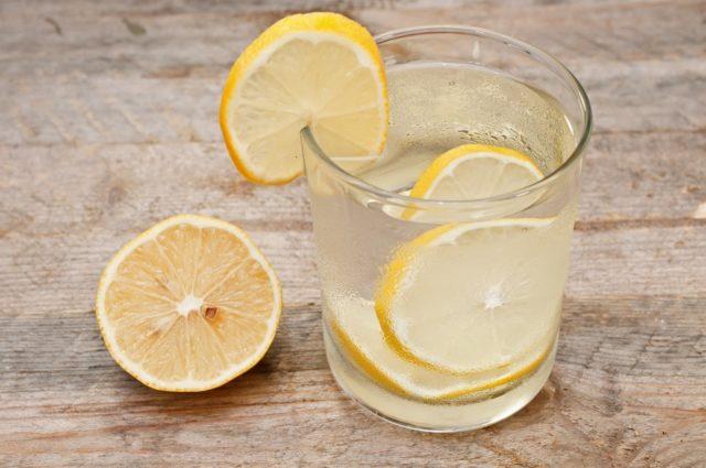 Польза регулярного употребления лимонной воды