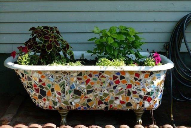 Не выбрасывайте старую ванну, она может стать красивым дополнением сада