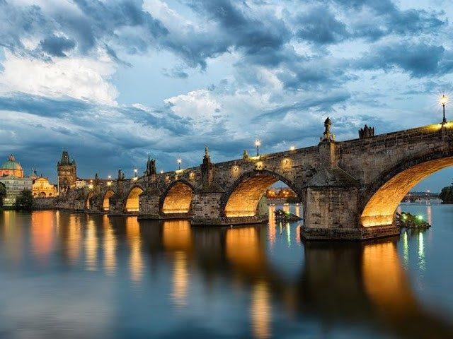 Карлов мост привлекает больше всего туристов в Праге
