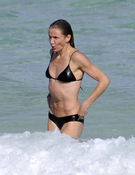 Камерон Диаз купается в океане