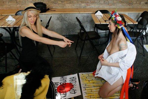 Femen с акцией Хвала победившим дракона (16 фото)